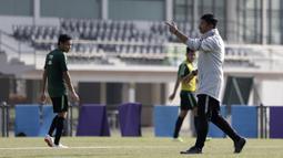 Pelatih Timnas Indonesia U-23, Indra Sjafri, memberikan arahan saat latihan di Lapangan G, Senayan, Rabu (6/11). Jelang SEA Games 2019, Timnas Indonesia U-23 terus pertajam transisi pemain. (Bola.com/Yoppy Renato)