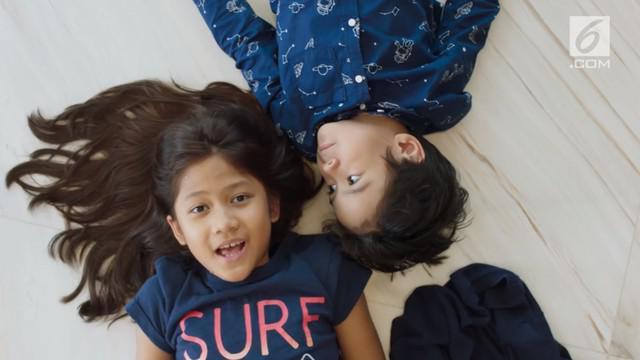 Kulari Ke Pantai bercerita tentang dua sepupu, Sam (Maisha Kanna) dan Happy (Lilli Latisha) yang memiliki perangai berbeda. Akibat ulah Happy yang merendahkan Sam, ibu Happy meminta Happy ikut dalam perjalanan Sam dan ibunya, Uci (Marsha Timothy).