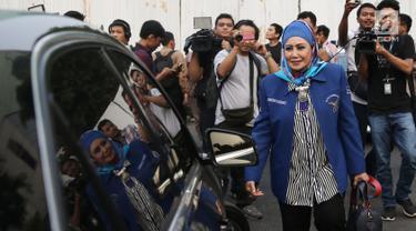Anggota majelis tinggi Partai Demokrat Melani Suharli usai melakukan pertemuan tertutup di Jakarta, Senin (9/7). Pertemuan membahas 3 agenda salah satunya kriteria Capres dan Cawapres yang akan didukung Partai Demokrat. (Liputan6.com/Herman Zakharia)