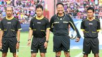 Mantan wasit FIFA, Purwanto (dua dari kanan), terpaksa membongkar kotak untuk mencari seragam wasit demi Persik yang menggelar laga ekshibisi peringatan 10 tahun juara LI 2006. (Bola.com/Robby Firly)