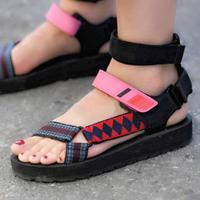 Simak bagaimana Dad Sandals menggeser popularitas heels (Foto: Instagram/shinailblue)