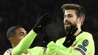 Gerard Pique mencetak gol kedua Barcelona saat melawan PSV (EMMANUEL DUNAND / AFP)