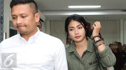 Artis peran Nabila Putri berjalan keluar dari ruang penyidik Resmob Polda Metro Jaya, Jakarta, Senin (17/10). Nabila Putri diperiksa sebagai saksi terkait kepemilikan senjata api mantan Ketum PARFI Gatot Brajamusti. (Liputan6.com/Herman Zakharia)