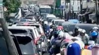 Kemacetan terjadi di sejumlah titik di kawasan Puncak Bogor. Sementara itu, 7 tahun relawan Blood for Life bantu PMI penuhi kebutuhan darah.