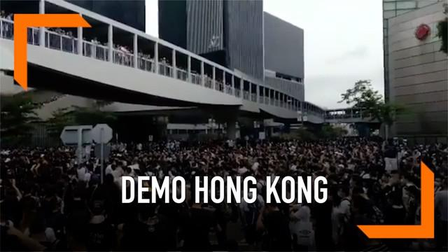 Ribuan warga Hong Kong kembali melakukan demonstrasi menolak rencana disahkannya rancangan undang-undang ekstradisi yang baru. Mereka memblokade jalanan di depan gedung dewan legislatif.