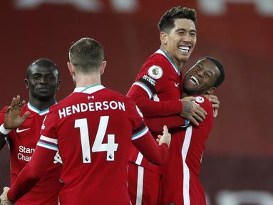 Striker Liverpool, Roberto Firmino (kedua dari kanan) bersama rekan-rekannya merayakan kemenangan 2-1 atas Tottenham Hotspur usai laga lanjutan Liga Inggris 2020/21 pekan ke-13 di Anfield Stadium, Rabu (16/12/2020). Liverpool menang 2-1 atas Tottenham. (AFP/Clive Brunskill/Pool)