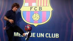 Antoine Griezmann berpose saat pemotretan di Barcelona, Spanyol, Sabtu (13/7/2019). Barcelona menebus Griezmann dari Atletico Madrid dengan mahar 120 juta euro atau setara dengan Rp 1,8 triliun. (LLUIS GENE/AFP)
