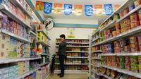 Pengunjung berdiri melihat produk kosong di Supermarket Xuzhen, Shanghai, Tiongkok, (13/4).Supermarket  ini merupakan proyek seni konseptual yang pertama kali dibawa ke sebuah lingkungan nyata. (Reuters/Stringer)