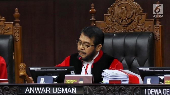 Ketua Majelis Hakim Mahkamah Konstitusi, Anwar Usman memimpin sidang perdana sengketa Pilpres 2019 di Mahkamah Konstitusi (MK), Jakarta, Jumat (14/6/2019). Sidang itu memiliki agenda pembacaan materi gugatan dari pemohon, yaitu paslon 02 Prabowo Subianto-Sandiaga Uno. (Lputan6.com/Johan Tallo)