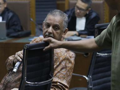 Terdakwa dugaan suap proyek PLTU Riau-1 yang juga mantan Dirut PLN, Sofyan Basir saat menjalani sidang pembacaan tuntutan di Pengadilan Tipikor, Jakarta, Senin (10/7/2019). Sofyan Basir dituntut 5 tahun penjara ditambah denda Rp200 juta subsider 3 bulan kurungan. (Liputan6.com/Helmi Fithriansyah)