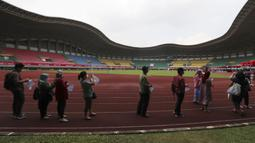 Warga mengantre untuk menerima suntikan vaksin Sinovac saat vaksinasi massal virus corona COVID-19 untuk umum di Stadion Patriot Candrabhaga, Bekasi, Jawa Barat, Senin (14/6/2021). Peminat vaksinasi COVID-19 di Stadion Patriot Candrabagha sangat tinggi. (AP Photo/Achmad Ibrahim)