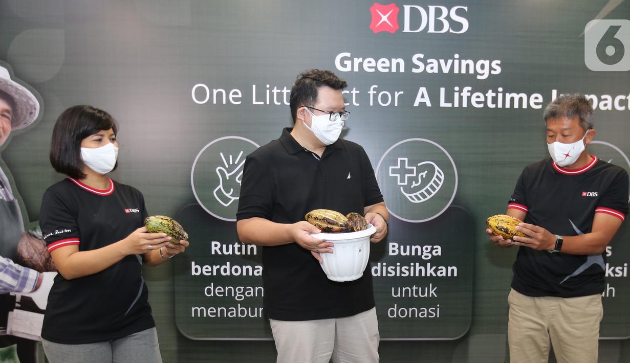 (ki-ka) Head of Segmentation, Liabilities, and Mortgage PT Bank DBS Indonesia Festia Pisa Valensia, CMO of Krakakoa Yohan Christian dan Consumer Banking Director PT Bank DBS Indonesia Rudy Tandjung berbincang di sela-sela peluncuran rekening Green Savings, di Jakarta (04/06/2021). (Liputan6.com/DBS)