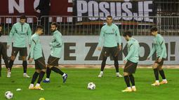 Para pemain Portugal melakukan latihan jelang laga UEFA Nations League di Stadion Poljud, Senin (16/11/2020). Portugal akan berhadapan dengan Kroasia. (AFP/Denis Lovrovic)