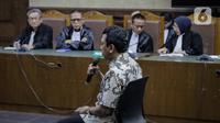 Terdakwa kasus suap jual beli jabatan di lingkungan Kemenag Romahurmuziy menjalani sidang vonis di Pengadilan Tipikor Jakarta, Senin (20/1/2020). Mantan Ketum PPP itu divonis pidana penjara selama dua tahun dan denda Rp100 juta subsider tiga bulan kurungan. (Liputan6.com/Faizal Fanani)