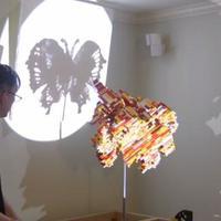 Awesome! Sebuah patung abstrak Lego mampu menghasilkan 3 bayangan dengan bentuk yang berbeda-beda. (Via: boredpanda.com)