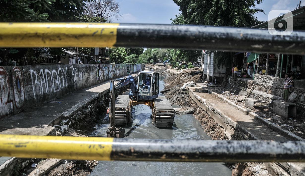 Petugas Sudin SDA Jakarta Pusat menggunakan alat berat saat pengerukan lumpur di Kali Sentiong, Kecamatan Johar Baru, Rabu (22/9/2021). Pengerukan lumpur ini merupakan bagian dari program normalisasi guna memperdalam aliran Kali Sentiong. (merdeka.com/Iqbal S. Nugroho)