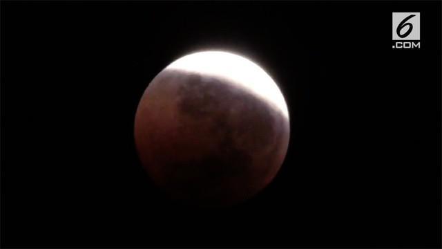 Fenomena gerhana bulan total terlama di abad 21, Blood Moon yang terjadi Sabtu dini hari tadi, disambut, antusias hampir seluruh warga dunia.