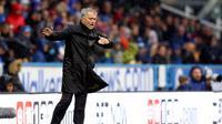 Pelatih Manchester United Jose Mourinho memberikan arahan kepada pemainnya saat melawan Huddersfield dalam pertandingan Liga Inggris di stadion John Smith di Huddersfield (21/10). (Nigel French / PA via AP)