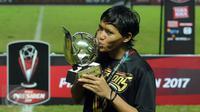 Gelandang Arema FC, Adam Alis mencium trofi pemain terbaik Piala Presiden 2017 usai laga final di Stadion Pakansari, Kab Bogor, Minggu (12/3). Arema menang 5-1 dan merengkuh trofi Piala Presiden. (Liputan6.com/Helmi Fithriansyah)