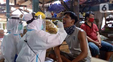 FOTO: Pedagang Pasar Thomas Jalani Tes Swab COVID-19