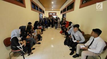 Peserta menunggu dipanggil saat mengikuti kompetisi News Presenter dalam rangkaian Emtek Goes To Campus (EGTC) 2018 di Universitas Gajah Mada, Yogyakarta, Selasa (16/10). (Liputan6.com/Herman Zakharia)