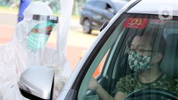 Warga mengikuti rapid test Covid-19 gratis di danau Asya Jakarta Garden City, Jakarta Timur, Kamis (28/5/2020). Rapid test yang dilaksanakan sejak 27-28 Mei 2020 terbuka untuk masyarakat dengan mendaftarkan diri melalui aplikasi Pulse by Prudential dan Halodoc. (Liputan6.com/Fery Pradolo)