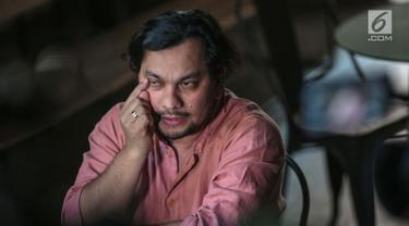 Penyanyi sekaligus dokter bedah, Tompi memberi keterangan terkait wajah bengkak Ratna Sarumpaet di Jakarta, Rabu (3/10). Tompi mengklarifikasi cuitannya di Twitter bahwa wajah bengkak Ratna adalah bekas operasi plastik. (Liputan6.com/Faizal Fanani)