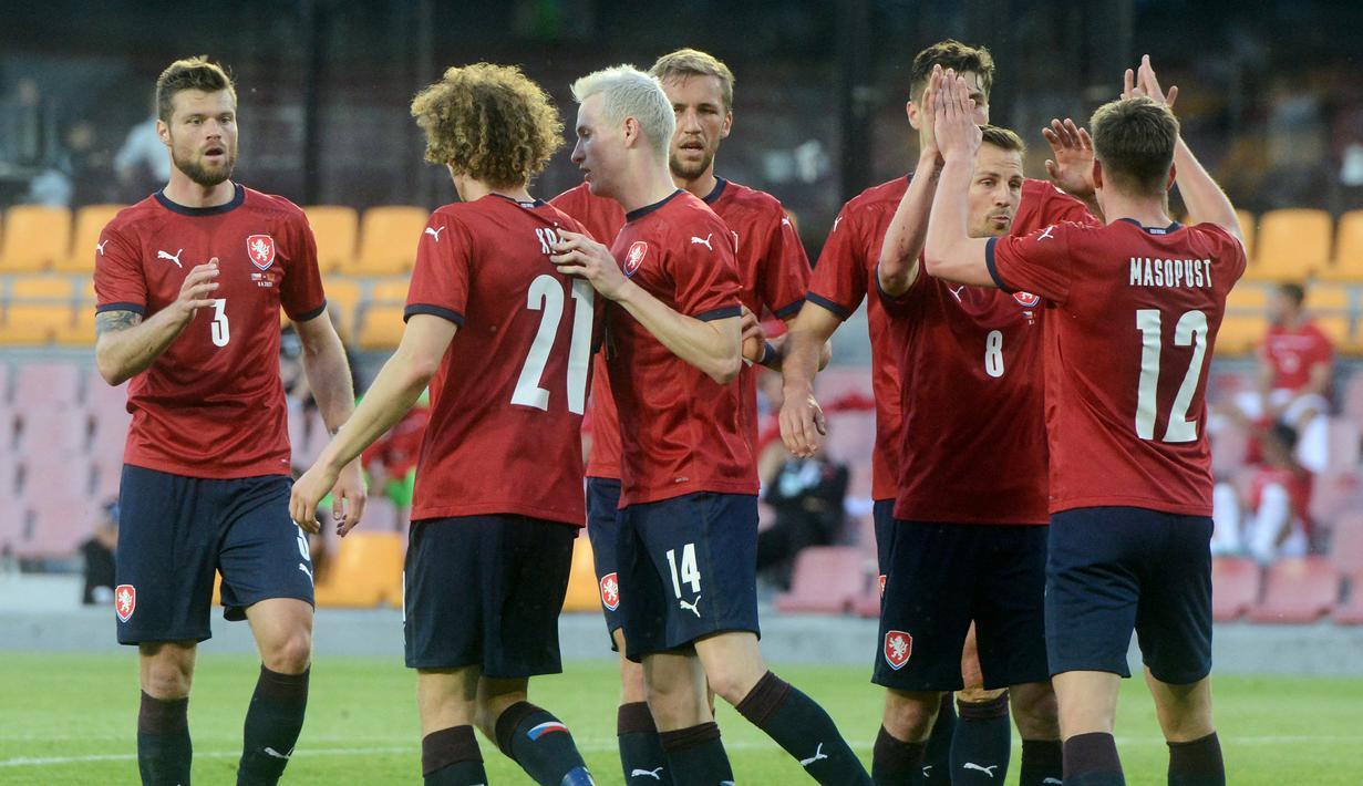 Para pemain Republik Ceska merayakan gol pertama ke gawang Albania yang dicetak striker Patrick Schick (kedua dari kanan) dalam laga uji coba menjelang Euro 2020 di Praha, Republik Ceska, Selasa (8/6/2021). Republik Ceska menang 3-1 atas Albania. (AFP/Michal Cizek)
