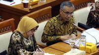 Ketua Dewan Komisioner OJK Wimboh Santoso (kanan) menyampaikan pemaparan saat rapat dengan Komisi XI DPR terkait pembenahan Jiwasraya di Kompleks Parlemen, Jakarta, Rabu (22/1/2020). Rapat tersebut juga membahas tentang pengawasan industri jasa keuangan. (Liputan6.com/Johan Tallo)