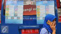 Poster yang menjelaskan pecahan mata uang yang baru di Blok M, Jakarta, Senin (19/12). Uang rupiah kertas baru terdiri atas nilai nominal Rp 100 ribu, Rp 50 ribu, Rp 20 ribu, Rp 10 ribu, Rp 5.000, Rp 2.000, dan Rp 1.000. (Liputan6.com/Angga Yuniar)