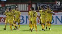 Pemain Bhayangkara FC merayakan gol yang dicetak Sani Rizki Fauzi (kedua kanan) saat melawan PSMS pada lanjutan Go-Jek Liga 1 Indonesia bersama Bukalapak di Stadion PTIK, Jakarta, Jumat (3/8). Bhayangkara FC unggul 3-1. (Liputan6.com/Helmi Fithriansyah)