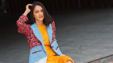 Selain sebagai aktris dan TV host, Agla Artalidia dikenal juga sebagai sosok influencer ataupun content creator tentang fashion. Pemain TV series 'Kesempurnaan Cinta' ini juga kerap membagikan tips mix and match di Instagram-nya. Salah satunya fashion untuk liburan.(Liputan6.com/IG/@aglaartalidia)