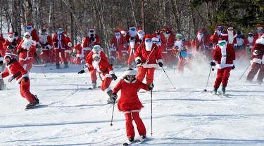 Para pemain ski berpakaian seperti Sinterklas meluncur selama berpartisipasi dalam acara tahunan Santa Sunday di Sunday River Resort yang terletak di Kota Newry, Amerika Serikat, Minggu (8/12/2019). Santa Sunday merupakan acara amal tahunan untuk River Fund Charity. (Joseph Prezioso / AFP)