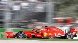 Pebalap Ferrari, Sebastian Vettel melaju kencang pada balapan perdana F1 GP Australia di Sirkuit Albert Park, Melbourne, Minggu (25/3/2018). Vettel memenangi balapan dengan selisih 5,036 detik dari Hamilton. (AP/Asanka Brendon Ratnayake)