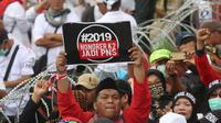 Ribuan honorer K2 seluruh Indonesia berunjuk rasa di depan Istana Merdeka, Jakarta, Selasa (30/10). Mereka meminta Presiden Joko Widodo segera mengambil keputusan mengangkat semua honorer K2 menjadi Pegawai Negeri Sipil (PNS). (Liputan6.com/Angga Yuniar)