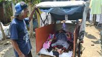 Tiap hari, Sunarko mengajak anaknya yang lumpuh, Muhammad Dian (10) memungut sampah keliling kota. (Liputan6.com/Muhamad Ridlo).