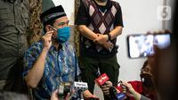 Sekretaris Umum FPI Munarman memberikan keterangan terkait aksi penyerangan terhadap polisi oleh Laskar FPI di Petamburan III, Jakarta, Senin (7/12/2020). Munarman menegaskan, tidak ada insiden tembak menembak antara Laskar FPI dan polisi. (Liputan6.com/Faizal Fanani)