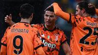 Ronaldo (tengah) mendapatkan ucapan selamat dari rekan-rekannya usai mencetak gol kedua ke gawang Udinese. (MARCO BERTORELLO / AFP)