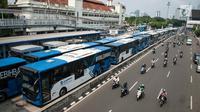 Puluhan Bus Transjakarta mogok kerja mengantarkan penumpang di Halte Harmoni, Jakarta (12/6). Para supir menuntut penghapusan kontrak yang bertahun-tahun serta meminta pengangkatan karyawan tetap. (Liputan6.com/Gempur M Surya)
