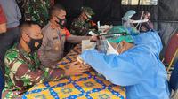 Anggota Polri dan TNI jalani rapid test Covid-19 sebelum melakukan pengamanan Pilkada di Mapolrestro Depok, Selasa (8/12/2020). (Liputan6.com/ Dicky Agung Prihanto)