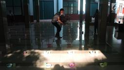Takmir Masjid Pekojan Semarang mempersiapkan menu buka bersama berupa bubur India di Serambi Masjid Pekojan, Jumat (17/5/2019). Tradisi ini berjalan sudah ratusan tahun dan menjadi rujukan kaum dhuafa di sekitar masjid untuk buka puasa. (Liputan6.com/Gholib)