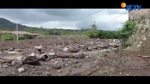 Tumpukan material memenuhi aliran Sungai Lau Borus yang hanyut terbawa aliran lahar dingin Gunung Sinabung.