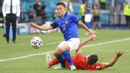 Pemain Italia Matteo Pessina ditekel saat melawan Wales pada pertandingan Grup A Euro 2020 di Stadion Olimpiade Roma, Italia, Minggu (20/6/2021). Italia menang 1-0. (Alberto Lingria/Pool via AP)