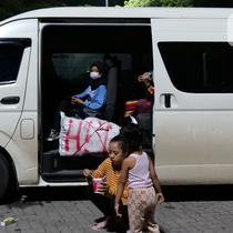 Sejumlah penumpang saat menunggu menaiki kapal ferry di Pelabuhan Merak Banten, Rabu (5/5/2021) dinihari.  Pemerintah melarang mudik Lebaran selama 12 hari, mulai tanggal 6 hingga 17 Mei 2021 guna mencegah penularan Covid-19. (Liputan6.com/Herman Zakharia)