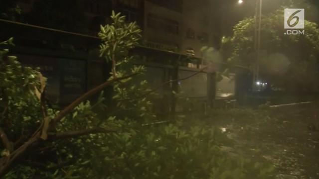 Topan Mangkhut membawa hujan deras dan angin kencang di China Selatan. Untuk antisipasi jatuhnya korban, pemerintah China mengevakuasi lebih dari 2 juta warganya.