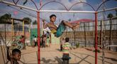 Anak-anak pengungsi Rohingya bermain ayunan di taman bermain di kamp pengungsi Thangkha   li, dekat Cox's Bazar, Bangladesh, Kamis (9/8). (Ed JONES/AFP)