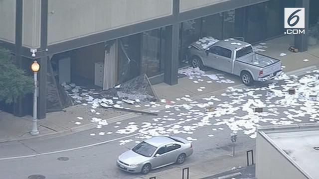Seorang pria dengan sengaja menabrakan sebuah truk ke depan gedung TV di Dallas, Amerika Serikat. Kemudian membuat pernyataan yang tidak masuk akal.