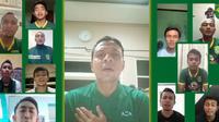 Para pemain Persebaya menyanyikan bareng lagu Song For Pride. (Bola.com/Official Persebaya)