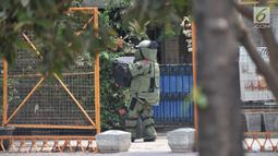 Densus Antireror membawa tas berisi bom dari rumah terduga teroris di Semper Barat, Cilincing, Jakarta, Senin (23/9/2019). Petugas kepolisian melakukan disposal atau meledakkan bom milik terduga teroris yang ditemukan di TKP. (merdeka.com/Iqbal S. Nugroho)