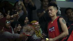 Kehadiran Lin Dan di Istora Senayan disambut meriah oleh penggemar bulutangkis yang ingin menyaksikan aksinya di Indonesia Open 2019. (Bola.com/Peksi Cahyo)